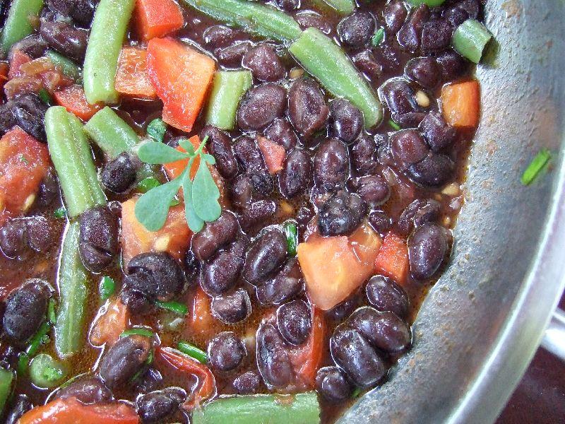 Bonenschotel met zwarte bonen, sperciebonen en tomaat